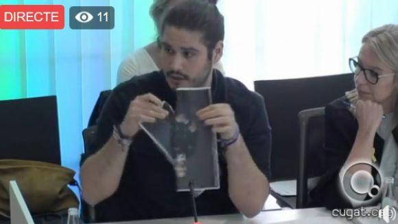 El regidor d'ERC-MES Èric Gómez estripa una foto de Felip VI durant el ple municipal d'aquest dilluns
