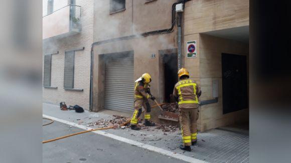 Dos bombers treballant en l'extinció de l'incendi / Foto: Ajuntament de Sant Cugat