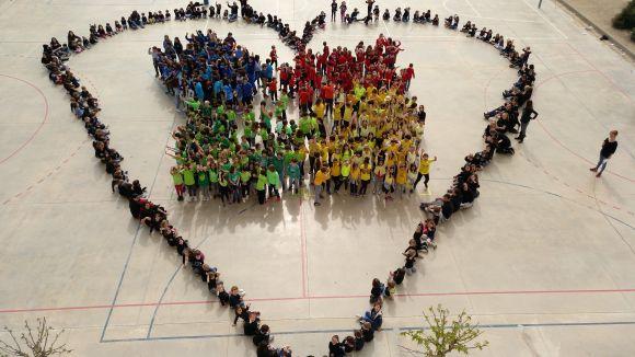 L'Olivera tanca una setmana dedicada a l'autisme dibuixant un gran mosaic al pati