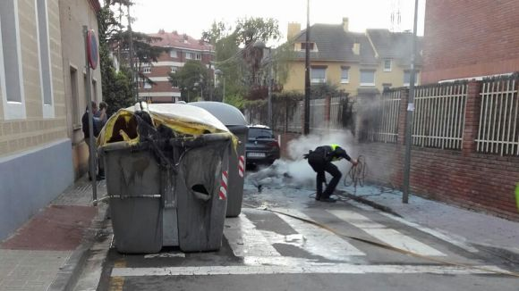 Cremen dos contenidors al carrer de Vilaseca