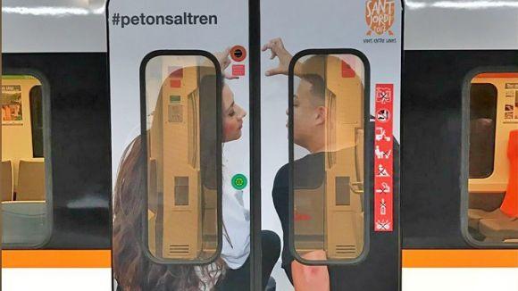 L'amor al tren torna a protagonitzar el concurs 'El petó de Sant Jordi' de Ferrocarrils de la Generalitat