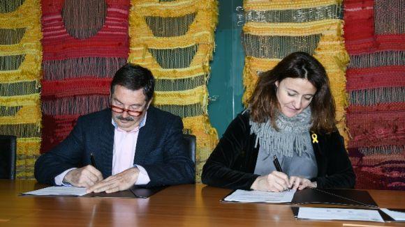 Alfons Romero i Mercè Conesa, en el moment de la signatura / Foto: Localpres