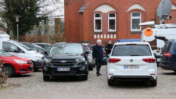 Josep Maria Matamala i el vehicle Ford que l'ha portat a ell, a Jaume Alonso Cuevillas, a Josep Lluís Alay i a d'altres acompanyants de Puigdemont fins les portes de la presó de Neumünster / Foto: ACN