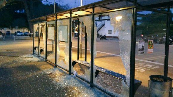 Destrossen els vidres de la marquesina de la parada d'autobusos de l'estació de FGC Valldoreix