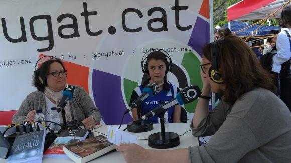 Carme Reverte, entrevistant Conesa en un Sant Jordi / Foto: Localpres