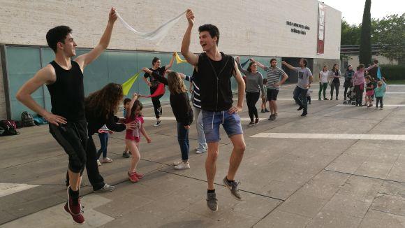 Les 'Danses de plaça' fan front al pont i reuneixen prop de 100 persones
