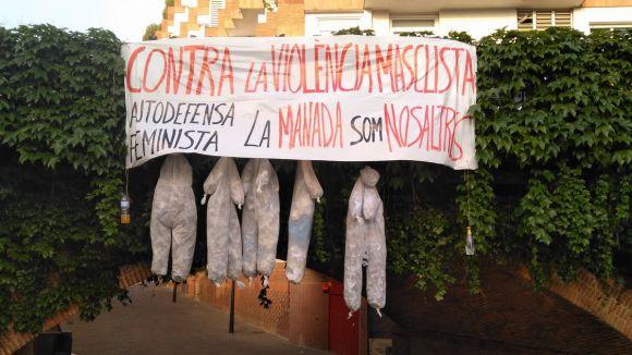 Apareixen cinc figures penjades d'un pont per protestar contra la sentència de 'La Manada'
