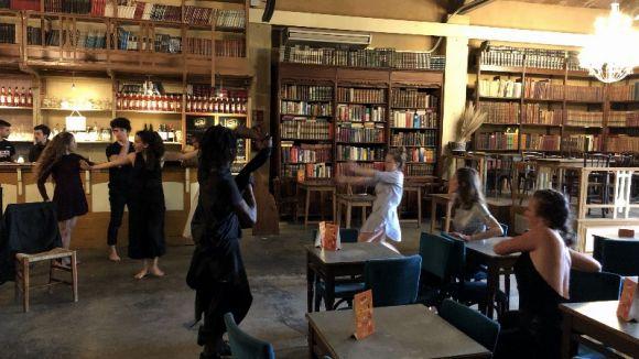 Dotze ballarins i ballarines inunden el Mercantic de dansa per celebrar el Dia Internacional