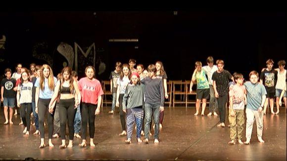 160 alumnes de l'Arnau Cadell reivindiquen la joventut amb 'Tots dansen' al Teatre-Auditori
