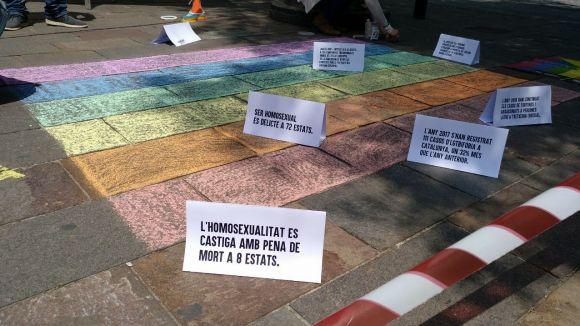 Jovent Republicà simula a Lluís Millet l'escena del crim contra les llibertats del col·lectiu LGTBI