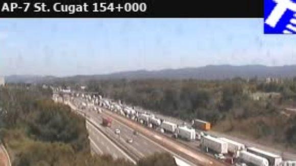 Un xoc de camions a l'AP7 a Barberà provoca cues quilomètriques fins a Sant Cugat