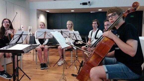 Alumnes de la Jugend Sinfonie Orchester en la recepció oficial a l'Ajuntament