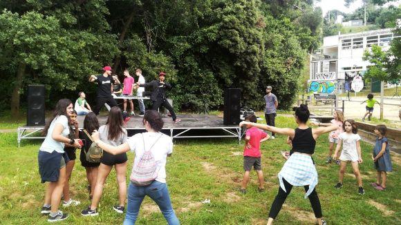 L'espai jove de la Floresta comença a caminar amb una estrena marcada per música i dansa