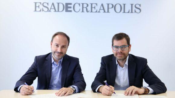 Moment de la signatura dels dos directors generals / Foto: Esade Creàpolis