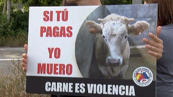 Concentració animalista i reivindicacions veganes davant de l'escorxador de Sant Cugat