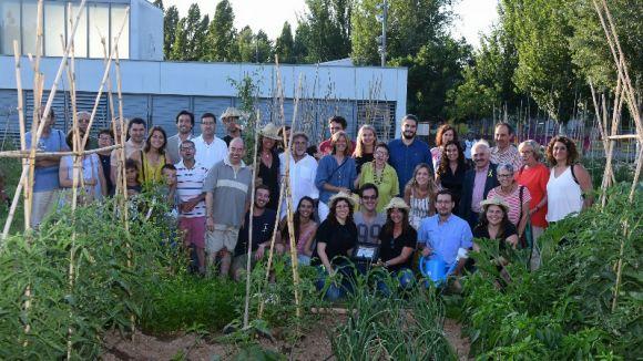Foto de família a l'hort comunitari de Mira-sol / Foto: Localpres