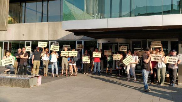 Els manifestants a la porta del consistori