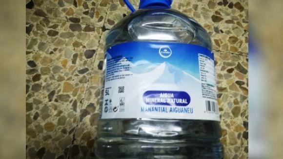 Condis retira a tot Catalunya un lot d'envasos de cinc litres d'aigua de la seva marca blanca