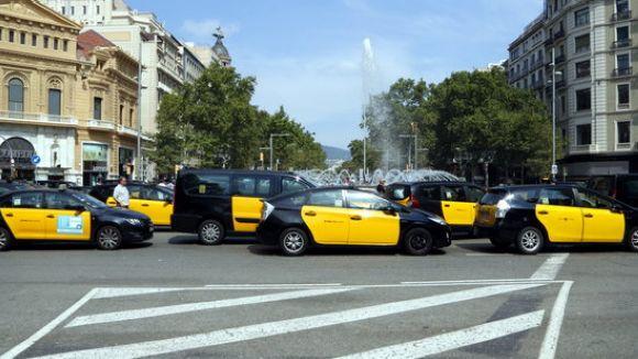 Desenes de taxis bloquegen el pas a la Gran Via de Barcelona des de divendres / Foto: ACN