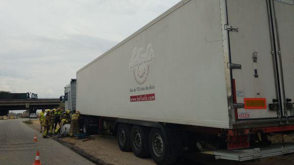 Complicacions de trànsit a la carretera de Rubí després que a un camió se li despengés el dipòsit de combustible