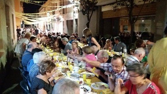 El carrer del Xerric celebra el sopar de germanor amb un record als 30 anys de vianantització