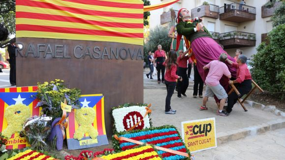 Ofrena florar al momument de Rafael Casanova / Foto: Lluís Llebot