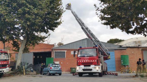 Els Bombers sufoquen un incendi a una nau del polígon de Can Calopa de Sant Cugat