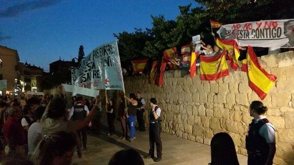 Un centenar de manifestants irrompen en l'acte d'inauguració de la plaça de l'U d'Octubre