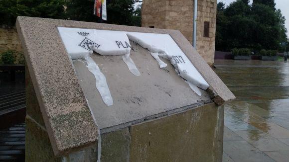 L'Ajuntament denunciarà el vandalisme contra la placa de la plaça de l'U d'Octubre