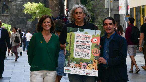 El director de festival, Albert Puig, al centre amb el cartell de l'edició / Foto: Localpres