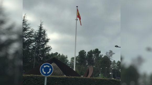 Uns desconeguts pengen la bandera espanyola a la plaça de Can Cadena de Valldoreix