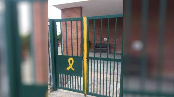 L'EMD reprova la pintada d'un llaç groc a la reixa del Ferran i Clua