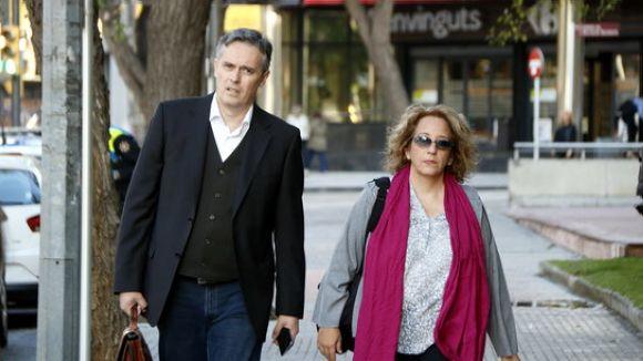 La tuitaire reusenca arribant als jutjats de Reus amb el seu advocat / Foto: ACN