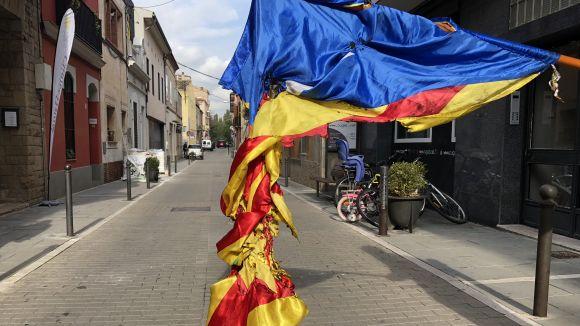 Sostreuen i cremen l'estelada de la parada de castanyes de la plaça de Lluís Millet