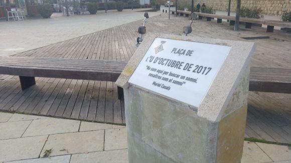 La plaça de l'U d'Octubre ja torna a tenir placa