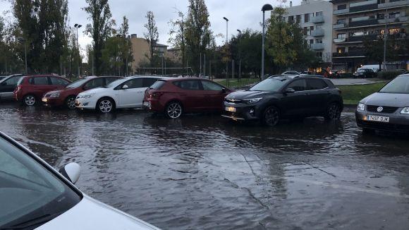 Complicacions en la mobilitat i una quinzena d'avisos a Bombers per la pluja