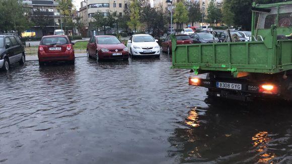 La pluja deixa carrers inundats, problemes de mobilitat i una quinzena d'incidències