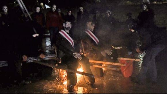 El CDR crema uns ninots de Felip VI i Franco a la plaça de l'U d'Octubre
