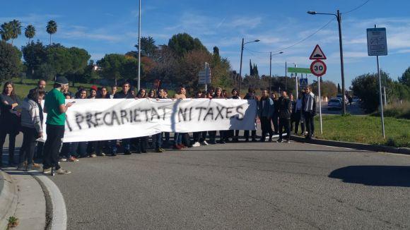 Alumnes de l'ETSAV tallen la carretera per demanar la rebaixa de les taxes universitàries