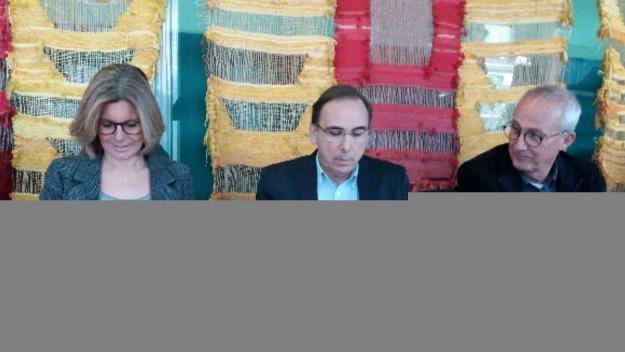 L'alcaldessa, Carmela Fortuny, ha firmat el convenci amb el president de l'associació, Xavier Serres / Foto: Cugat.cat