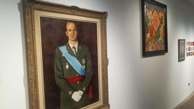 L'exposició 'Honors i Distincions' reflexiona sobre el paper de l'art a les sales de plens