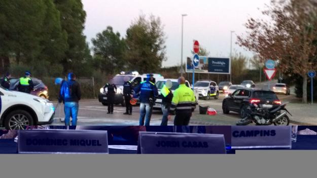 Xoc entre un motorista i un cotxe al carrer de Víctor Hugo