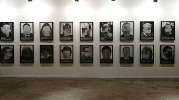 Arriba una reproducció dels 'Presos Polítics' de Santiago Sierra al Centre d'Art Maristany