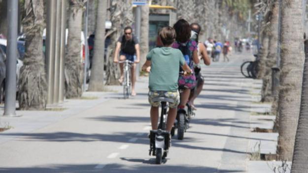 Patinets elèctrics circulant per carril bici / Font: ACN
