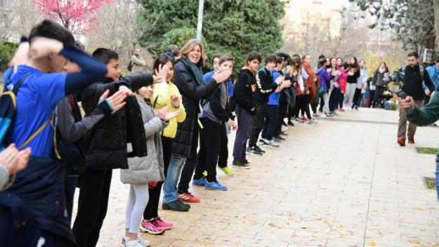 Un miler de persones formen la cadena humana solidària del Pla i Farreras per la Marató