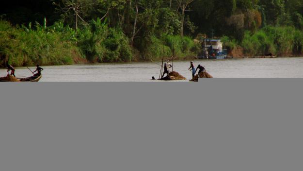 Una santcugatenca recull material escolar i sanitari per ajudar al Camerún