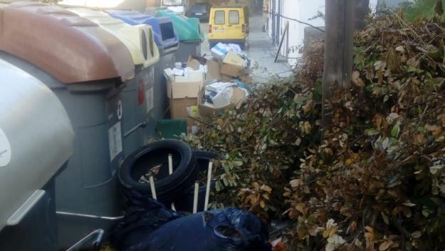 Brosses i deixalles al costat dels contenidors / Foto: Enric Martínez