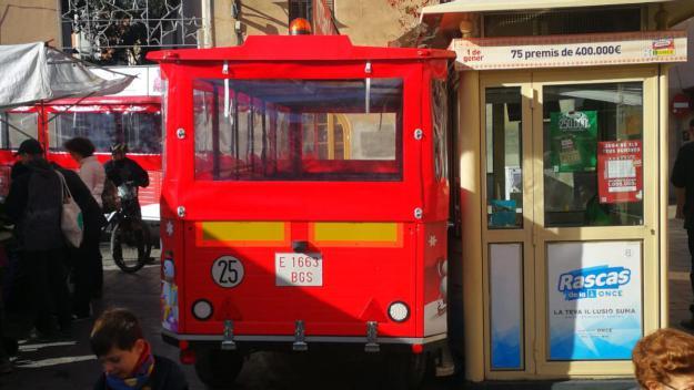 El trenet de Nadal queda atrapat al quiosc de l'ONCE de la plaça de Sant Pere