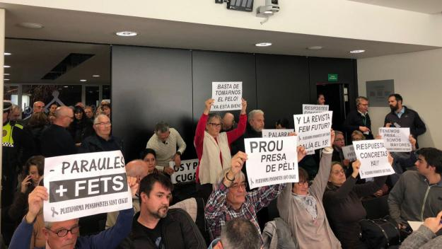 Veïns es manifesten al torn de l'audiència pública / Foto: Cugat.cat