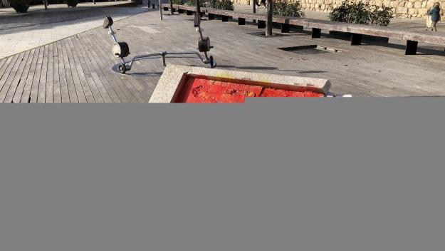Nova pintada a l'espai de la placa de la plaça de l'U d'Octubre
